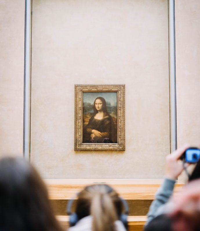 people-looking-at-the-mona-lisa_leonardo-da-vinci